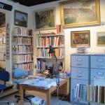 Hjørne med bogsamling og arkivskabe